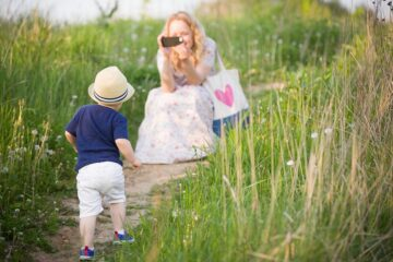 moeder neemt foto van haar zoontje om te delen op social media