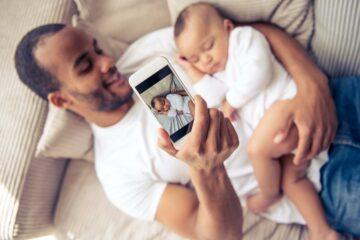vader neemt foto van zijn kindje om te delen op social media