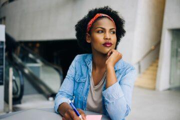 vrouw twijfelt tussen innestelingsbloeding en menstruatie