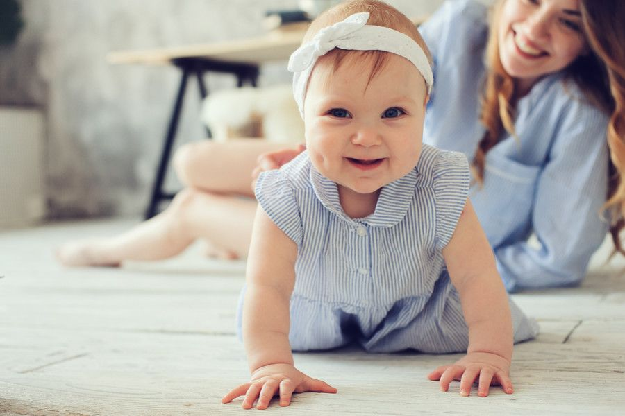 Baby van 11 maanden oud kruipt