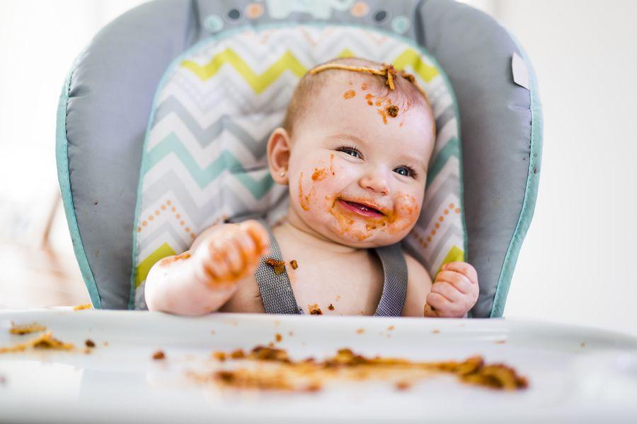 Baby van 11 maanden oud speelt met eten