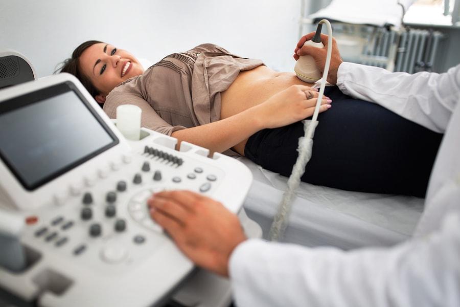 Vrouw van 3 maanden zwanger en krijgt een termijnecho