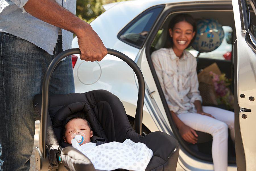 Pas geboren baby in autostoeltje