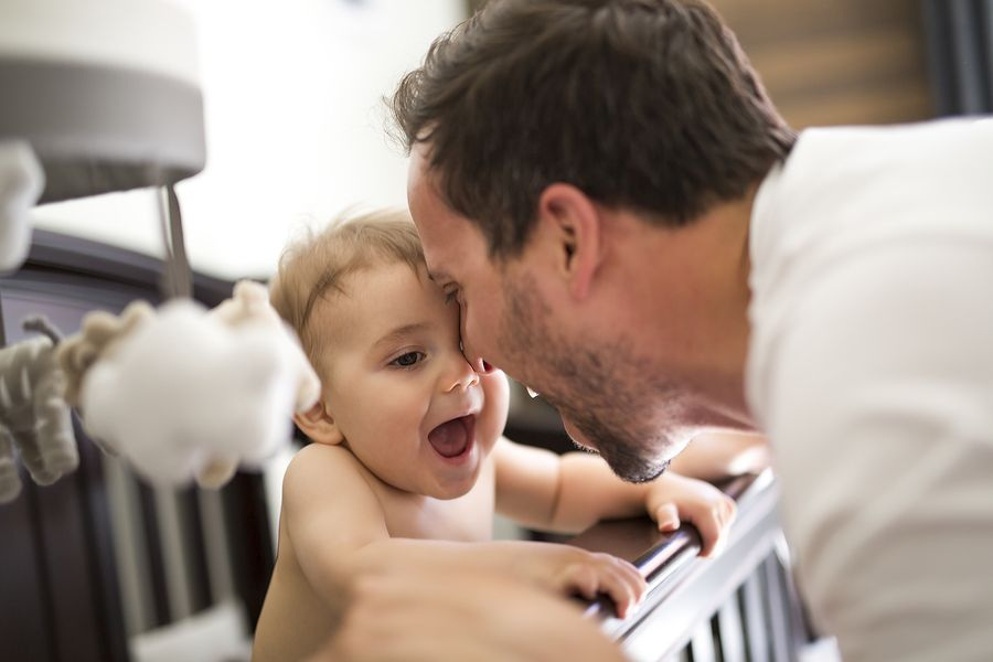 Baby van 9 maanden oud geeft vader eerste kus