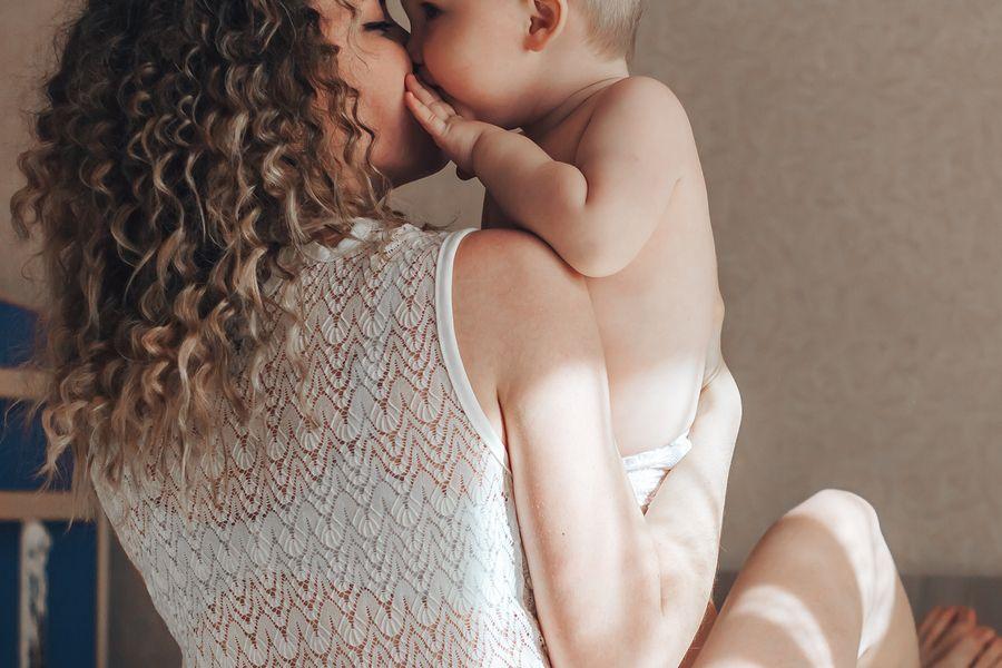 Baby van 9 maanden oud geeft zijn eerste kusje aan moeder