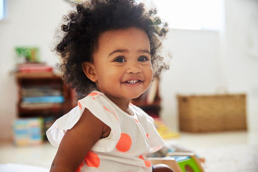 Baby van 13 maanden oud met veel krullen