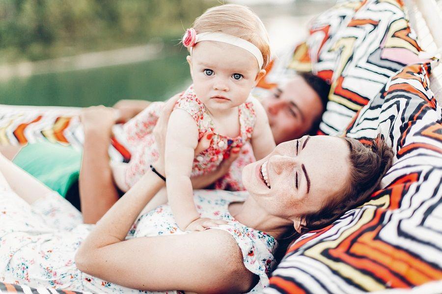 Baby van 13 maanden oud met lachende ouders