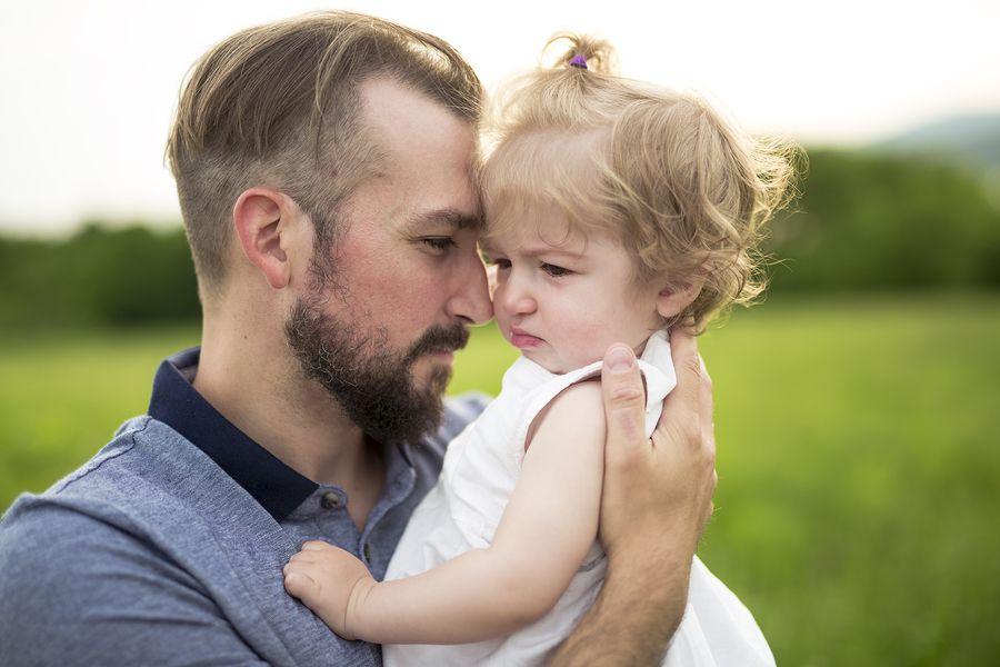 Vader troost zijn baby van 14 maanden oud