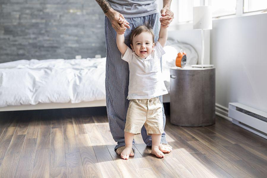 Baby 15 maanden oud cruising met vader