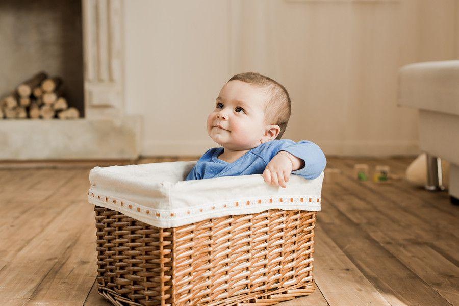 Baby 15 maanden oud speelt auto in mand