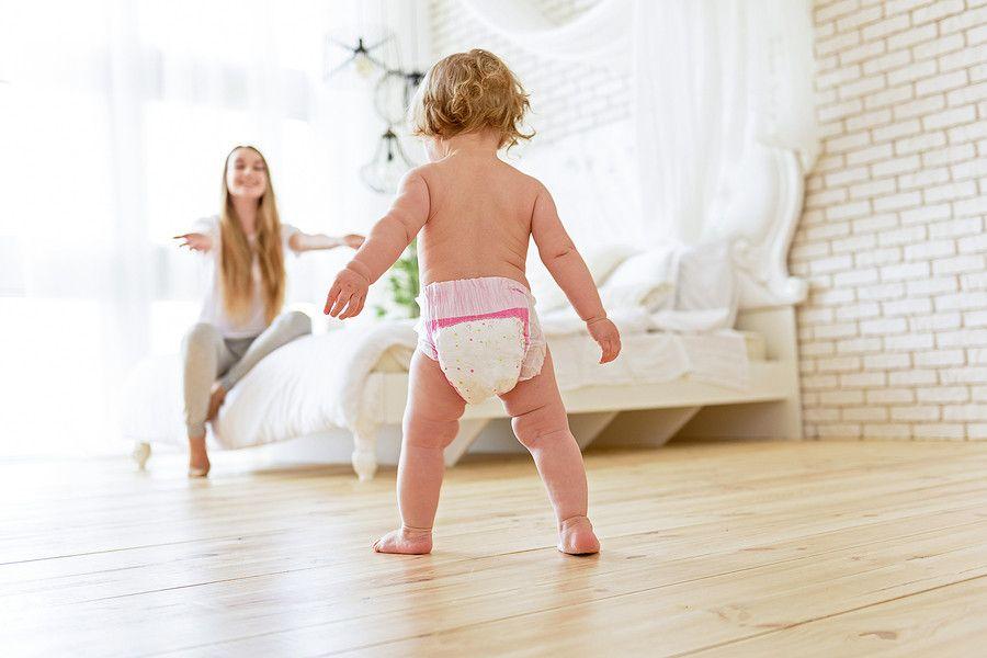 Baby van 16 maanden loopt rond in luier