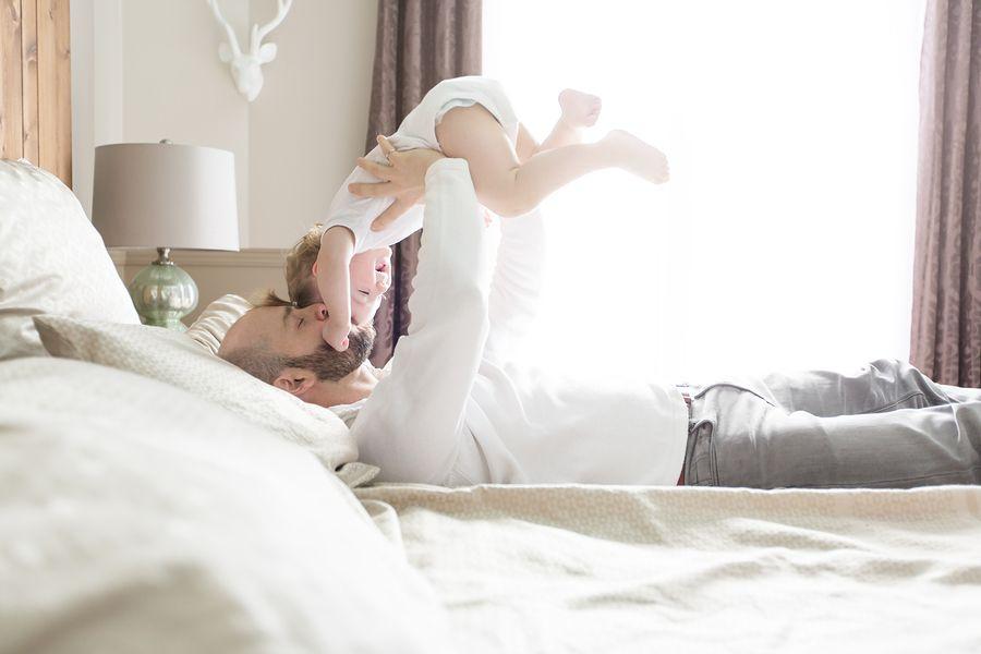 Baby van 16 maanden oud knuffelt met vader