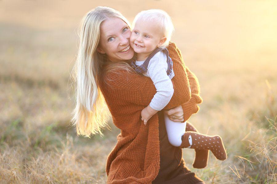 Moeder knuffelt baby van 17 maanden oud