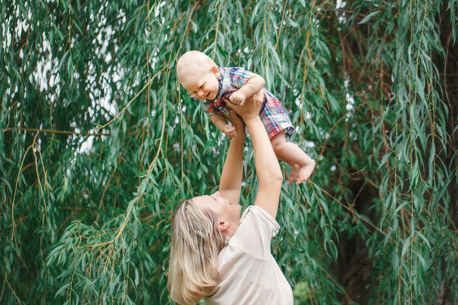 Moeder en baby van 17 maanden oud dansen vrolijk
