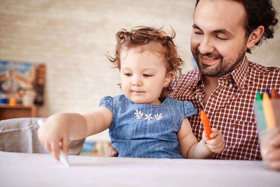 Baby van 18 maanden oud is met vader aan het tekenen en knutselen
