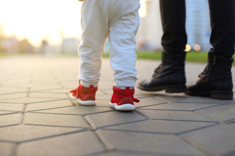 Baby van 18 maanden oud met stoere rode schoentjes
