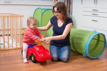 Baby met loopauto
