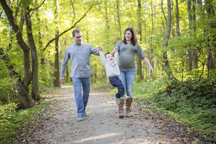 Zwangere vrouw met hoog progesteron vrolijk in bos