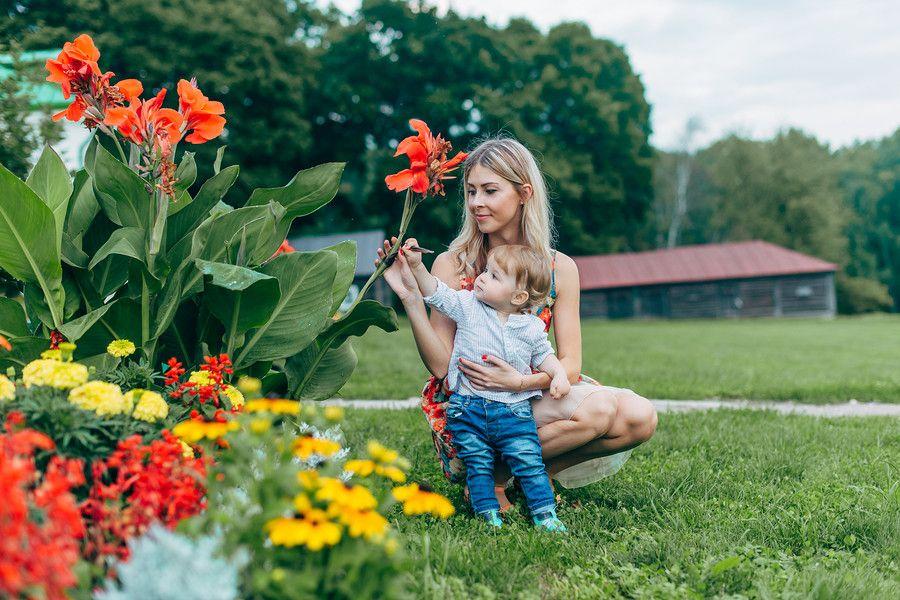 Moeder bekijkt kleuren met baby van 13 maanden oud
