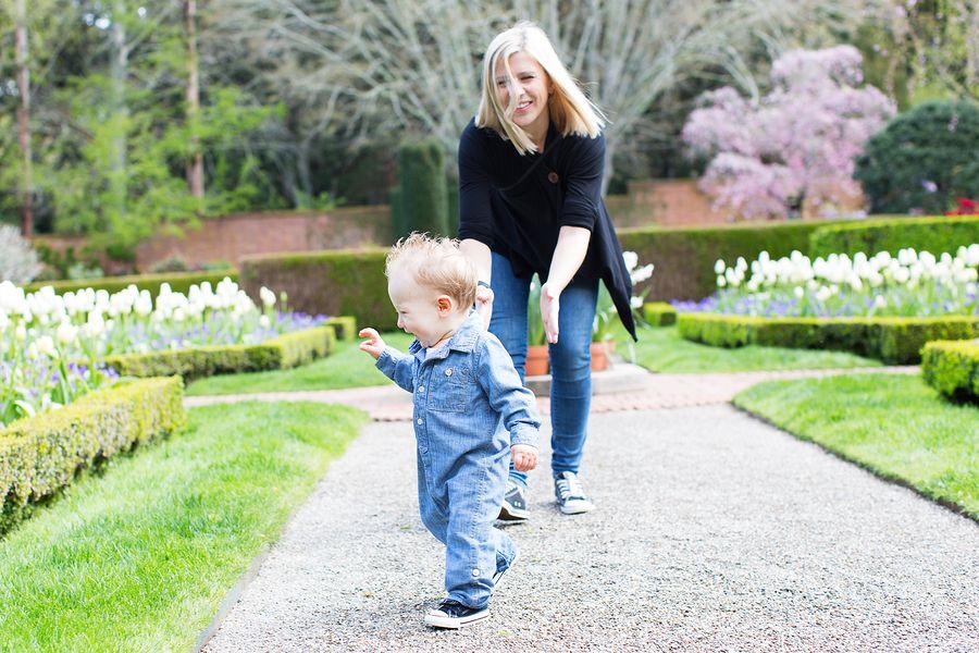 Baby van 18 maanden oud leert lopen