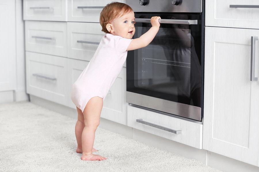 veiligheid in huis wordt getest door baby