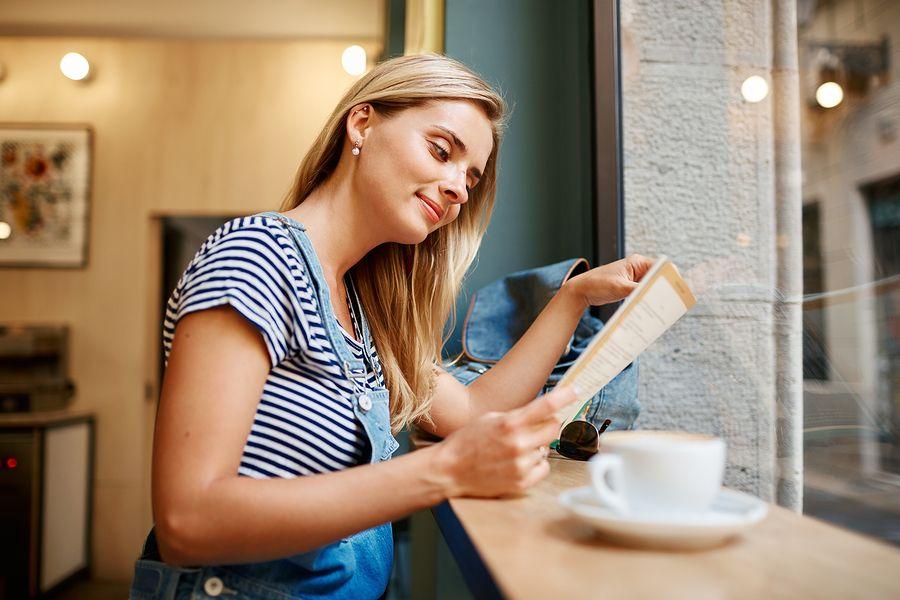 zwangere vrouw drinkt koffie tijdens zwangerschap