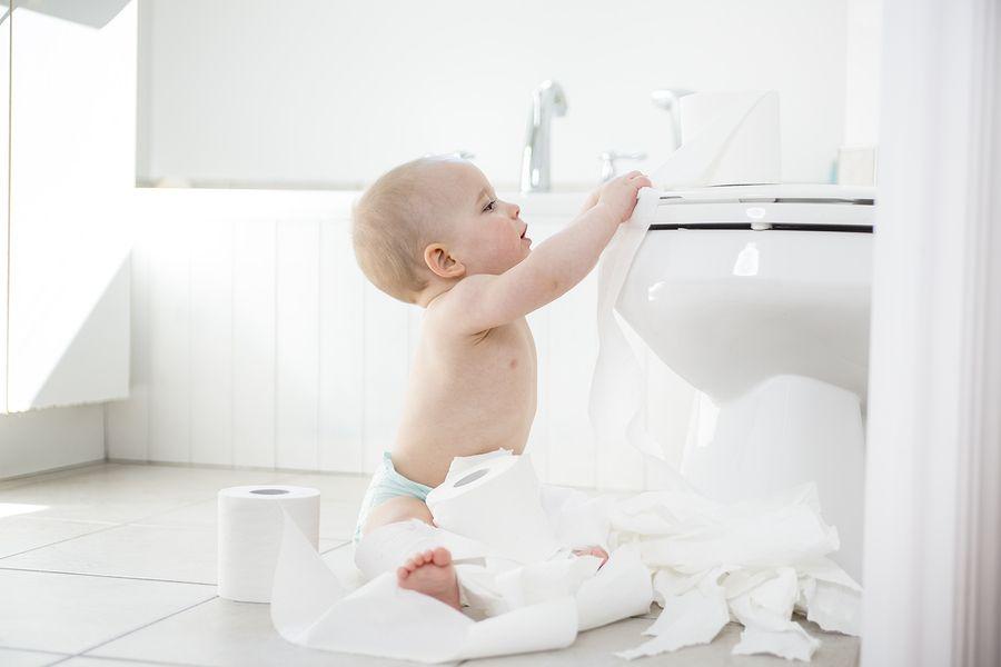 Baby van 20 maanden oud toont interesse in toilet vanuit zindelijkheid