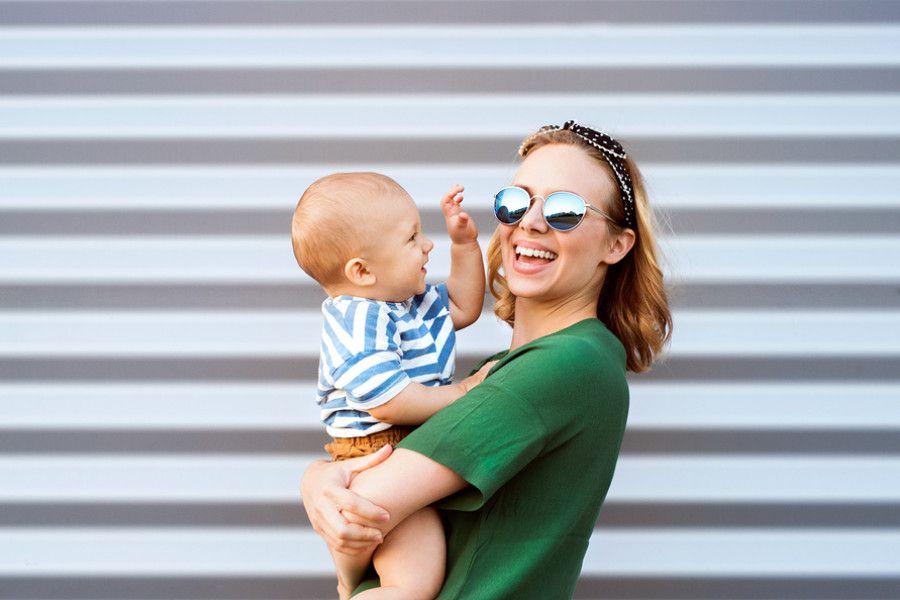 Baby van 21 maanden oud probeert met zijn moeder te praten