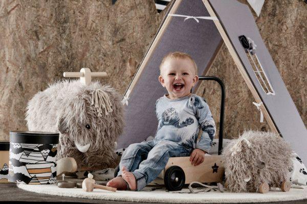 Baby van 23 maanden oud zit op schommeldier
