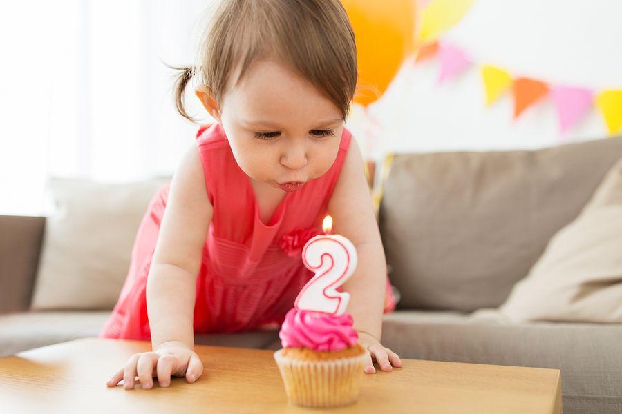 Baby van 24 maanden blaast kaarsje uit voor haar 2e verjaardag
