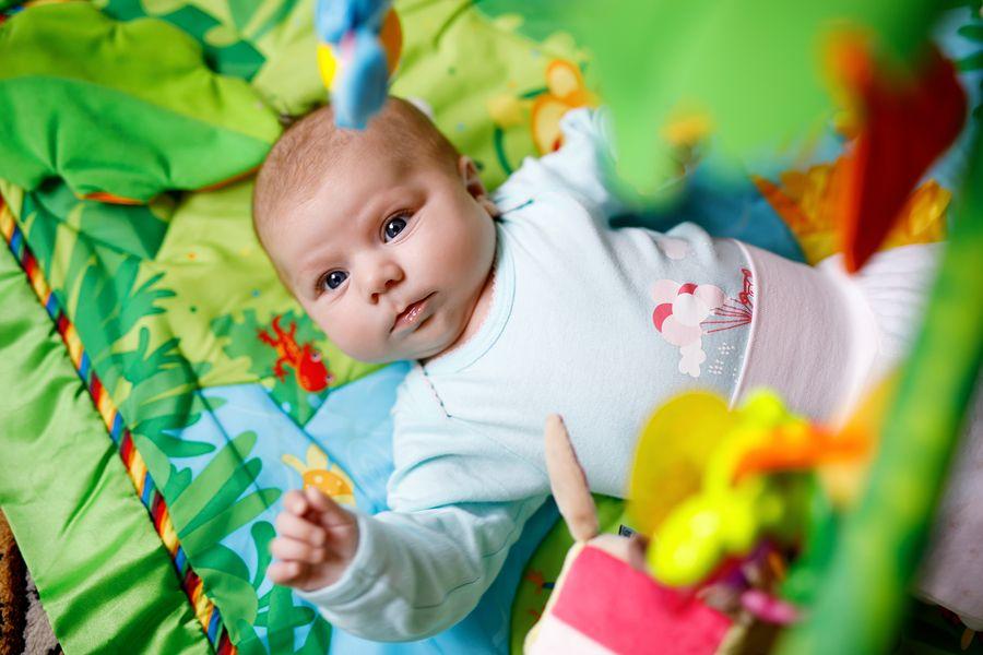 baby ligt op speelkleed