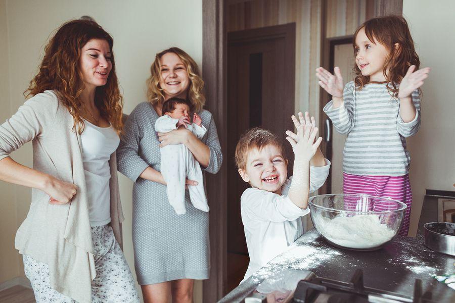 Twee moeder, een baby en twee peuters bakken gezonde Sinterklaas lekkernijen