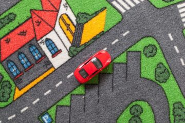 Een speeltapijt met een speelgoedautotje