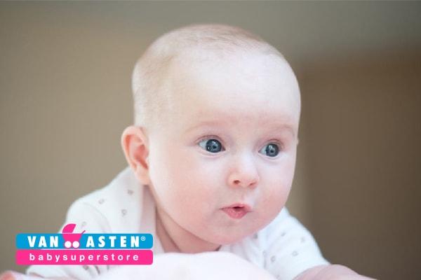 Baby 11 weken oud folder Van Asten