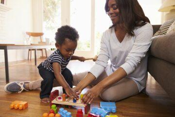 Moeder en baby spelen met peelgoed geschikt voor 1 jaar
