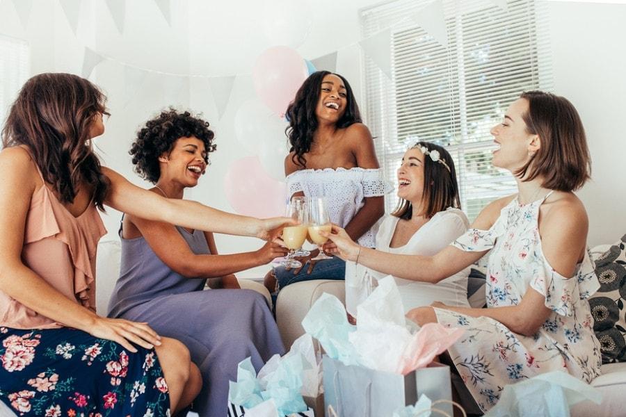 Zwangere vrouw op babyshower met vriendinnen