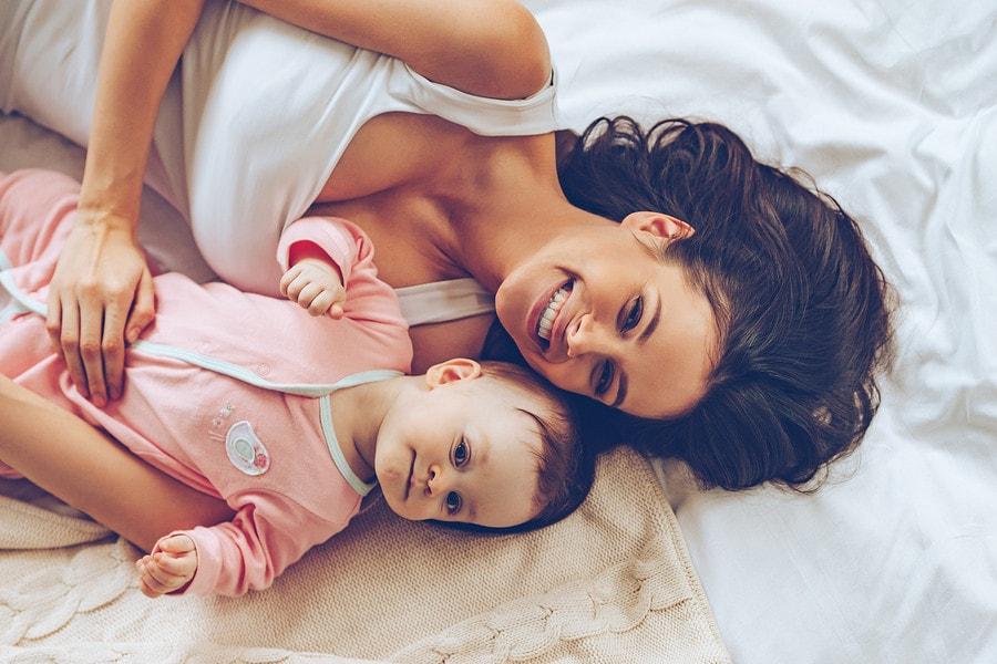 Moeder knuffelt met baby