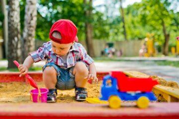 Zandbak als speelgoed baby 1 jaar