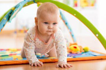 baby leert kruipen op speelkleed