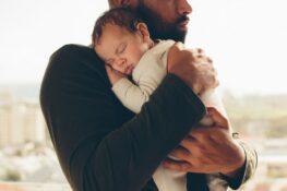 papa troost baby met babykwaaltjes