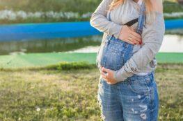 zwangere vrouw draagt zwangerschapskleding