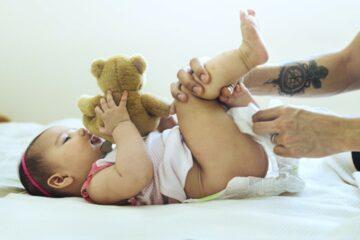 Baby met luieruitslag krijgt schone luier