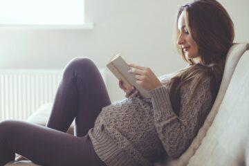 Zwangere vrouw leest boek