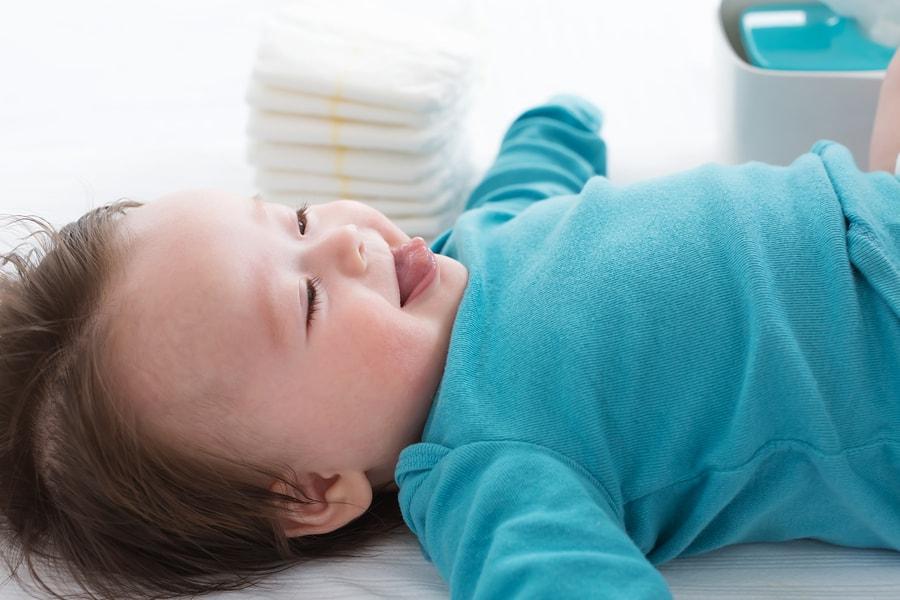 Baby met luierbroekje
