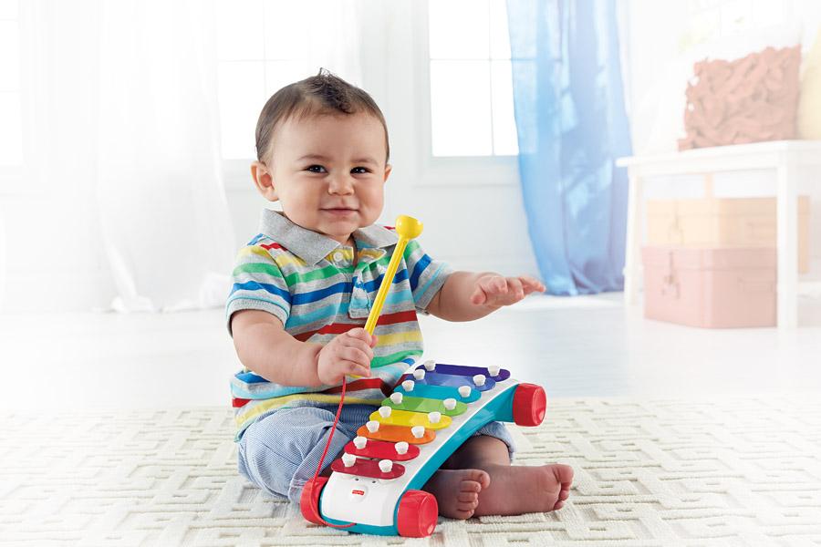 baby speelt muziek spelletjes met Fisher-Price xylofoon