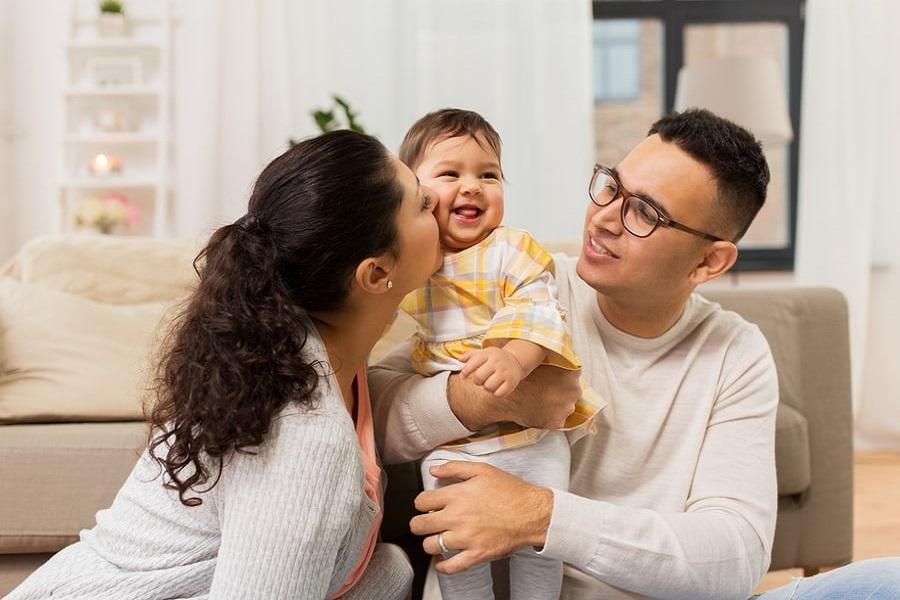 Adoptie jong gelukkig gezin