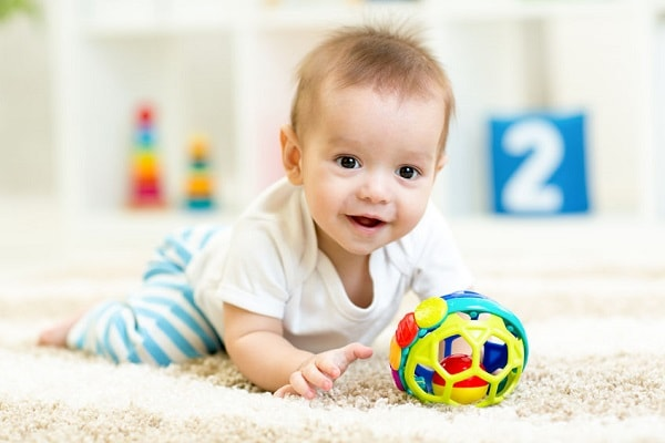 Spelenderwijs de ontwikkeling van je baby stimuleren bij de kinderopvang