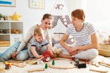 familie speelt met speelgoed, kan wel speelgoedkist gebruiken