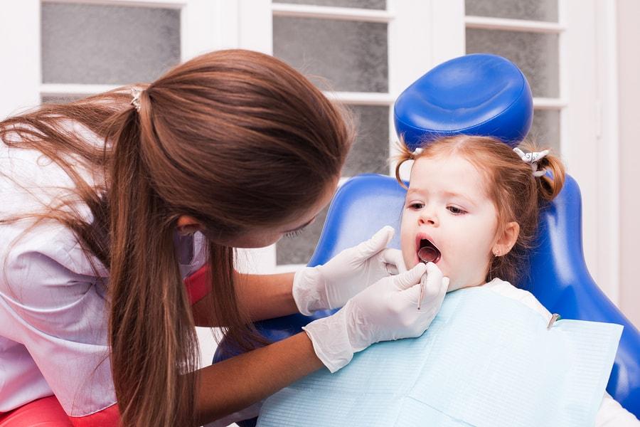 Wanneer voor het eerst naar de tandarts - goede foto