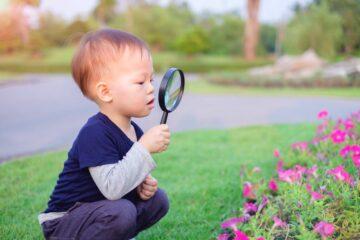 Hoogbegaafd jongetje in botanische tuin